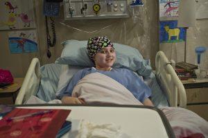 Romane Denis qui joue la petite fille malade avec un turban